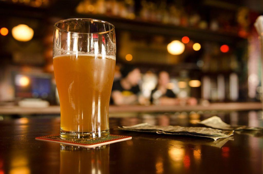 нефильтрованное пиво на барной стойке