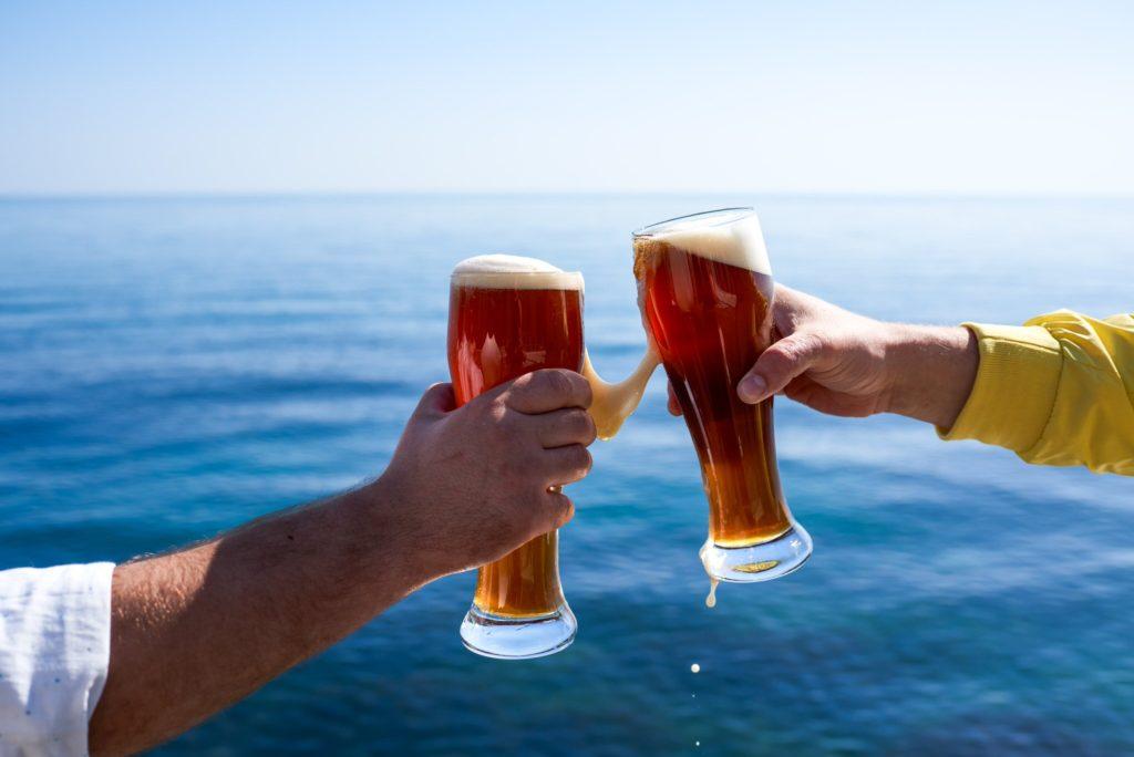 пиво в бокалах на фоне моря